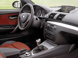 Interiér je orientován na řidiče a intenzivně jej obklopuje.