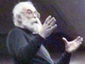Vyšetřovatelé zveřejnili fotografii se současnou podobou válečného zločince Radovana Karadžiče, který dvanáct let unikal spravedlnosti.