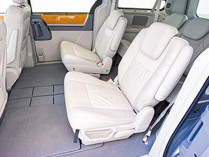 Zadní sedadla lze zcela schovat do podlahy.