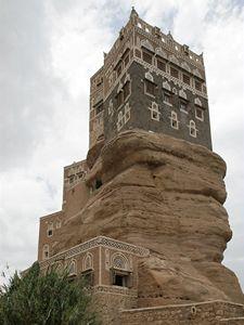 Palác nedaleko hlavního města Sana'a z hlíny na pískovcové skále.
