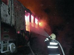 V noci na dnešek shořela na trati Plzeň - Cheb lokomotiva. Z vagonu muselo být evakuováno 20 osob