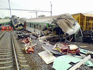 Pohled na místo železničního neštěstí ve Studénce na Novojičínsku, kde rychlík EuroCity vrazil do zříceného silničního mostu. Trosky zasáhly dva osobní vagony.