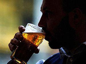 Pití alkoholu (ilustrační foto)