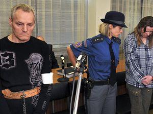 Obžalování Antonie Stašková (druhá zprava) a její přítel Pavel Grepl (vlevo).