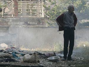 Gruzínský muž stojí před svým zničeným domem v Gori.