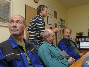 Pražský primátor Pavel Bém rozděluje práci zaměstnancům v obci Stará Loz, kde si vyzkoušel starostování.