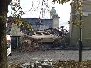 Levé křídlo Průmyslového paláce požár zcela zničil.