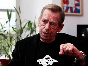 Exprezident Václav Havel v triku na podporu projektu Národní knihovny od architekta Kaplického z Future Systems, tzv. chobotnice.