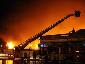 Na pražském Výstavišti v Holešovicích hoří. Podle mluvčího hasičů Víta Pernici oheň zasáhl polovinu Průmyslového paláce.