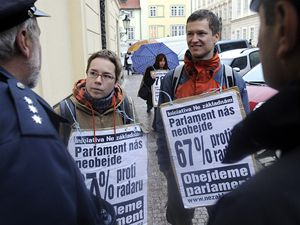 Demonstrace odpůrců radarové základny USA v Česku se konala 29. října před budovou Poslanecké sněmovny v Praze.
