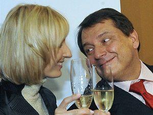 Předseda ČSSD Jiří Paroubek s manželkou Petrou si v Lidovém domě v Praze připili 25. října odpoledne na úspěch ČSSD v druhém kole senátních voleb.