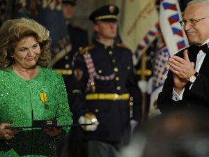 Prezident Václav Klaus předal 28. října ve Vladislavském sále Pražského hradu při příležitosti státního svátku medaili Za zásluhy II. stupně sopranistce Gabriele Beňačkové.
