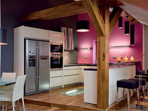 Kuchyň, opticky oddělená vyvýšeným pódiem, otevřeně komunikuje se zbytkem společenského prostoru. Kuchyňská linka je z produkce italské značky Comprex.