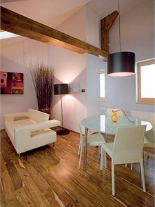 Na kuchyň přímo navazuje jídelní kout. Lampa i ostatní sladěné osvětlovací prvky jsou od firmy Karbox.