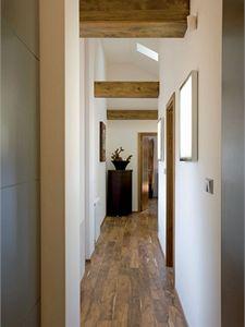 Obklady původních dřevěných prvků i dveře (Sapelli) se sladily s barvou podlahy.