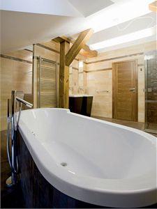 Přírodně sladěná koupelna navozuje atmosféru venkovského stavění. Intimní náladu lze docílit pomocí osvětlení.