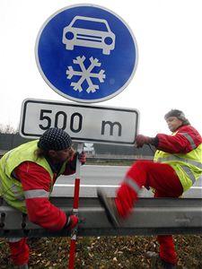 Značka Zimní výbava. Silničáři začali instalovat značky kritickém úseku dálnice D1.