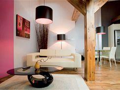 Realizovaný návrh vystihuje osobnost klienta a zároveň zvýrazňuje atmosféru celého podkrovního bytu. Interiér tak vyznívá přirozeně a nenásilně.