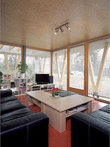 Z prostorného obývacího pokoje je zahrada díky francouzským oknům na dosah ruky.