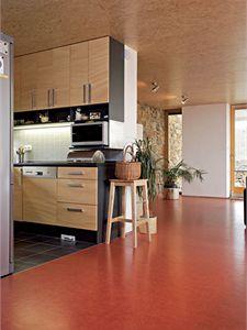Interiér sjednocuje podlaha z přírodního linolea a strop z dřevoštěpkových desek.