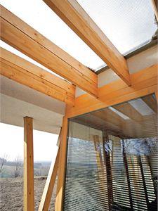 Díky střešním výplním z matného drátoskla je venkovní sezení chráněno před rozmary počasí.