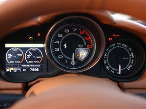 Přístroje mluví jasnou řečí sportovního vozu. Displej vlevo mění barvu podle jízdního režimu.