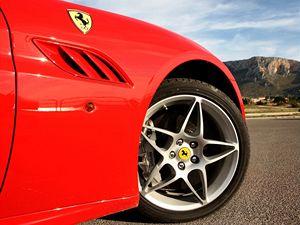 Keramické brzdy jsou u všech ferrari standardem. Účinnost z vysokých rychlostí je výjimečná.
