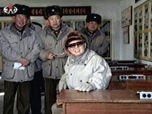 Nově zveřejněné snímky mají dokázat, že se Kim Čong-il těší dobrému zdraví.