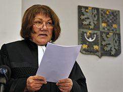 Soudkyně zpravodajka Eliška Wagnerová čte nález Ústavního soudu, kterým byl 9. prosince zrušen rozsudek nad Hanou Tichou a Mojmírem Miklicou.