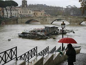 Deště rozvodnily řeku Tiberu v Římě.