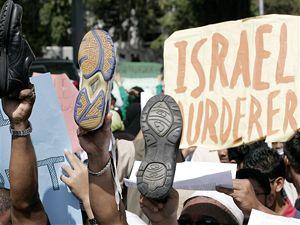 Proti izraelským náletům na palestinské pásmo Gazy protestovali muslimové i v malajské metropoli Kuala Lumpur.