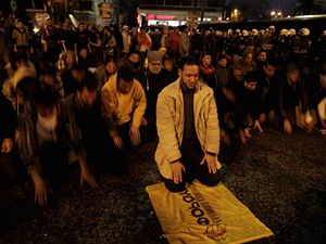 V Aténách protestovali lidé před izraelskou ambasádou proti bombardování pásma Gazy.
