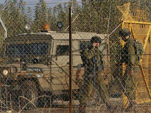 Izraelští vojáci na hlídce poblíž izraelsko-libanonských hranic