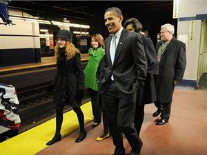 Cestou vlakem z Filadelfie do Washingtonu zahájil příští americký prezident Barack Obama pětidenní oslavy své inaugurace.