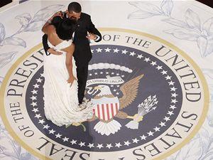 Barack Obama tančí se svojí ženou Michelle na inauguračním plese.