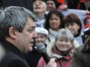 Vojtěch Filip mluví na demonstraci proti radaru