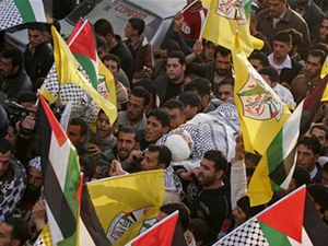Palestinci nesou tělo mladíka, kterého zabili izraelští vojáci.