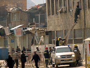 Záchranáři se snaží dostat do budovy ministerstva spravedlnosti.