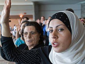 Nová vlast, staré zvyky. Imigrantka z Libanonu, která skládá přísahu věrnosti Spojeným státům, patří do skupiny ohrožené akutním nedostatkem vitaminu D. Může za to zakrývání vlasů a krku.