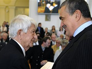 Ministr zahraničních věcí Karel Schwarzenberg (vpravo) předává Cenu Gratias Agit spisovateli, básníkovi a překladateli Janu Vladislavovi. Cena se udílí osobnostem, které se podílely na šíření dobrého jména České republiky v zahraničí.
