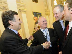 Předseda Evropské komise José Barroso (vlevo) se zdraví s českým ministrem pro místní rozvoj Cyrilem Svobodou (druhý zprava). Druhý zleva je předseda Výboru regionů Luc Van den Brande, vpravo pražský primátor Pavel Bém.