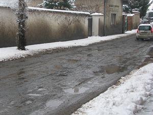 Rozbitá silnice v Zásmukách