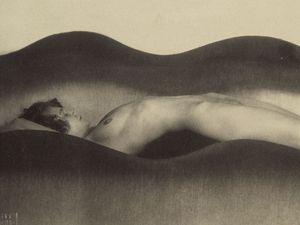 Vlna. František Drtikol, 1925 (zapůjčeno z Uměleckoprůmyslového muzea v Praze).