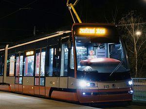 Na plzeňských kolejích začala jezdit první tramvaj Škoda ForCity (Škoda 15T) vyrobená ve Škodě Transportation. Pravidelný provoz zahájí v Praze koncem letošního roku.