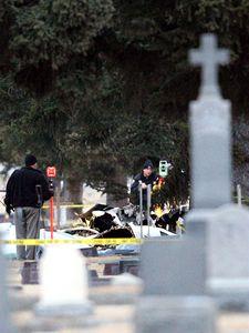 Letadlo se zřítilo do prostoru hřbitova.