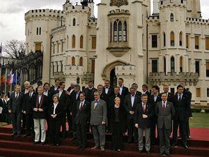 Společná fotografie ministrů a ministryň před zámkem.