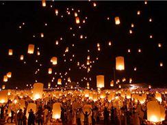 Létající lampióny, oblíbená zábava, ilustrační foto.