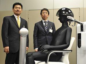 Firma Honda zkouší zařízení. které propojuje myšlenky v lidském mozku s robotem.