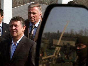 Jordánský král Abdalláh II. (vlevo) navštívil 7. dubna v doprovodu premiéra Mirka Topolánka 601. skupinu speciálních sil české armády ve výcvikovém prostoru Hamry na Prostějovsku. Král v minulosti velel speciálním jednotkám své země.