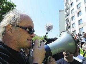 Odstupující ministr pro lidská práva a menšiny Michael Kocáb hovoří ke shromážděným Romům na sídlišti v Krupce